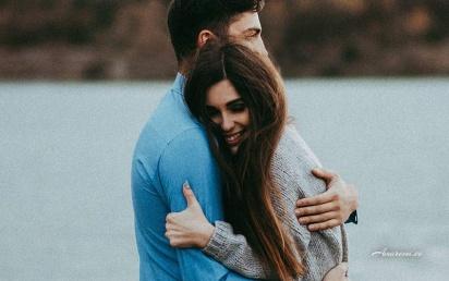 Noor paar kallistavad