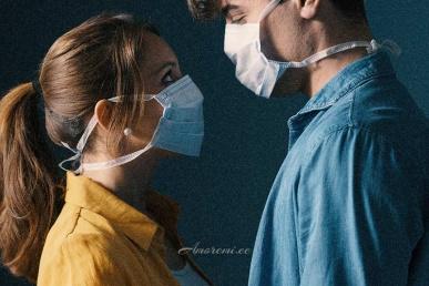Paar vaatab üksteist maskidega