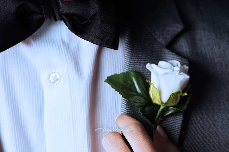 Valge roos rinnataskus