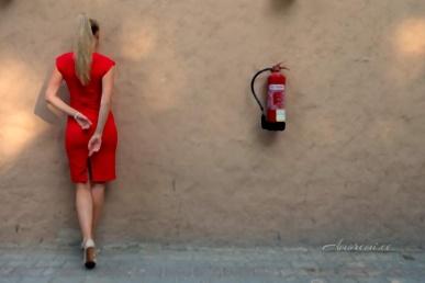 Seksikas naine punases kleidis