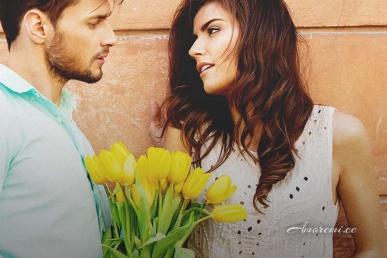 Mees annab naisele lilled