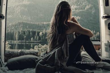 Naine üksi vaatab aknal igatsevalt