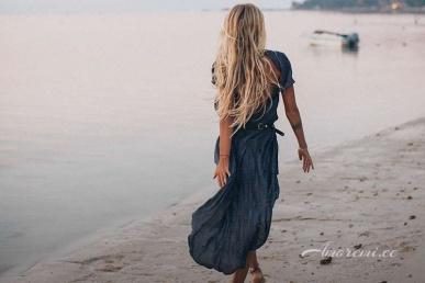 Kena naine rannas üksi