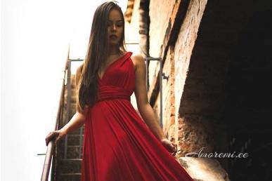 Võluv naine punases kleidis