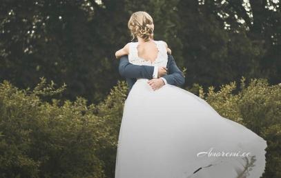 Abiellunud paar kallistab