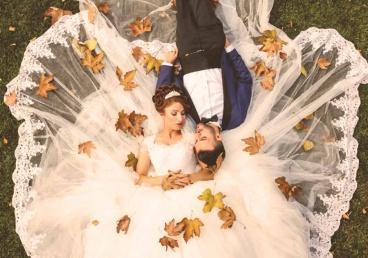 Abiellunud paar murul