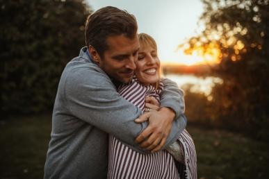Armastus sügisel - armas paarike kallistab