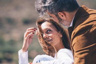 Mees flirdib naisega