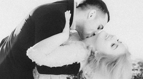 Mees suudleb naist
