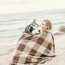 Naine koeraga rannas