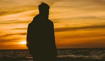 Üksik mees mere ääres