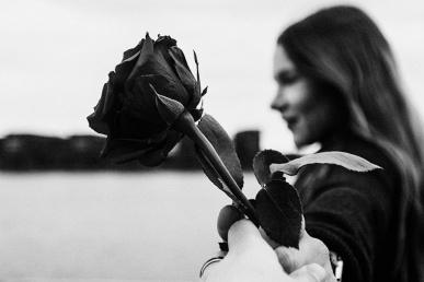 Naine roosiga