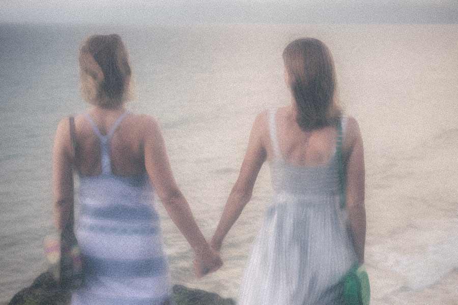 Kaks naist rannas koos