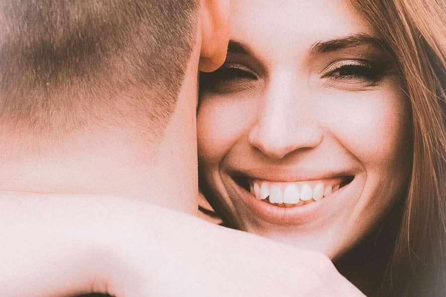 Naine kallistab ja naeratab