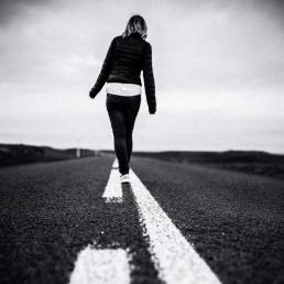 Naine üksi liigub edasi